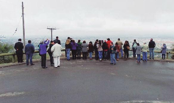 Como parte del recorrido, los vecinos pudieron observar la estructura y organización de la ciudad desde el Cerro de la Virgen.