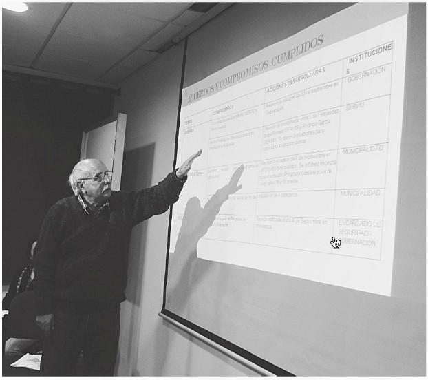 En la foto, Luis Fernández expone sobre los acuerdos y las promesas cumplidas por las autoridades.